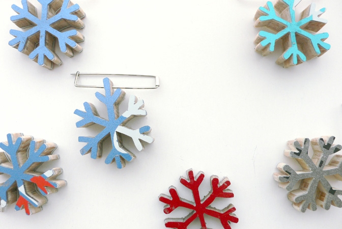 """<span class=""""prodinfo"""">Serie 'schnee von gestern'<br /> 'snowflake' — brooches  1–6, different colors<br /> <em>diameter</em> 27 mm <em>length needle</em> 30 mm<br /> <em>Material</em> silver, high grade steel, ski<br /> <em>Price</em> € 65.– each</span><a href=""""mailto:jantje@jantjefleischhut.com?subject=JANTJE%20FLEISCHHUT%20/%20Online%20Collection&body=The product of your dreams...%0A----------------------------------%0A'snowflake' – brooch,  price € 65.– each%0A----------------------------------%0APlease leave your favorite selection/colour:%0A%0AName: %0A%0AAdress: %0A%0ACity: %0A%0A%0AWe will give you a message for the procedure.%0AJANTJE FLEISCHHUT jewellery is love%0A----------------------------------%0AAll prices are inclusive VAT and exclusive delivery charges.%0AAll prices announced in the Online Gallery handled carefully however without engagement.%0AThe exact delivery date cannot be specified of articles sent abroad.%0ADelivery will take place on full payment."""" class=""""buy"""" title=""""You need a Email-Client to order products."""">Buy this</a>"""