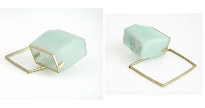 "<span class=""prodinfo"">'links_achter' — brooch 2004<br /> <em>Width</em> 70 mm<br /> <em>Material</em> 585er gold, resin, fiberglass, wallpaperprint</span><a href=""mailto:jantje@jantjefleischhut.com?subject=JANTJE%20FLEISCHHUT%20/%20Online%20Collection&body="" class=""buy"" title=""You need a Email-Client to order products.""></a>"
