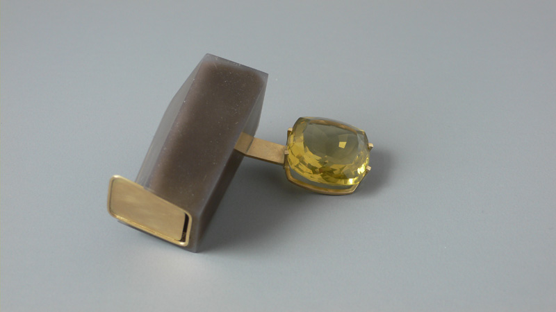 "<span class=""prodinfo"">'t.5' — brooch 2005<br /> <em>Length</em> 55 mm<br /> <em>Material</em> 585er gold, resin, lemontrine     </span><a href=""mailto:jantje@jantjefleischhut.com?subject=JANTJE%20FLEISCHHUT%20/%20Online%20Collection&body="" class=""buy"" title=""You need a Email-Client to order products.""></a>"