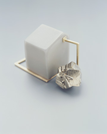 "<span class=""prodinfo"">'v.12' — brooch 2005<br /> <em>Height</em> 40 mm<br /> <em>Material</em> 585er gold, resin, fiberglass, pyrite</span><a href=""mailto:jantje@jantjefleischhut.com?subject=JANTJE%20FLEISCHHUT%20/%20Online%20Collection&body="" class=""buy"" title=""You need a Email-Client to order products.""></a>"