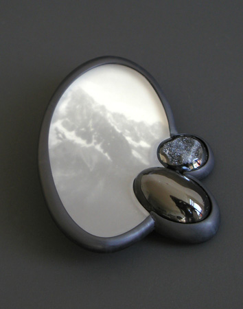 "<span class=""prodinfo"">black  brooch 2006<br />